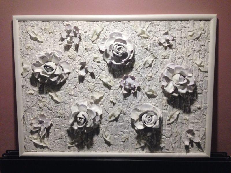 witte rozen aan de wand